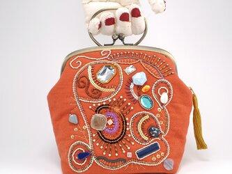 ビーズと変わり糸で刺繍を施したがま口バッグ 1の画像