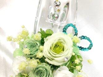 【プリザーブドフラワー/ガラスの靴シリーズ】グリーンと白の可憐なミニ薔薇とハートたちの楽しい時間の画像