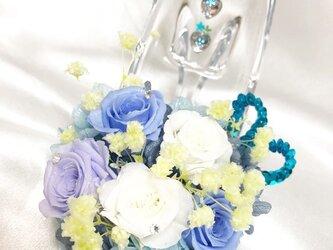 【プリザーブドフラワー/ガラスの靴シリーズ】ブルーローズと白の可憐なミニ薔薇とハートたちの楽しい時間の画像
