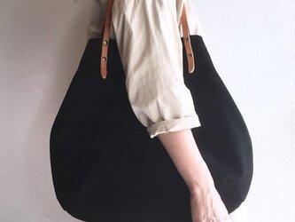 牛床ベロアと極厚オイルヌメの丸型トートバッグ【ブラック】の画像