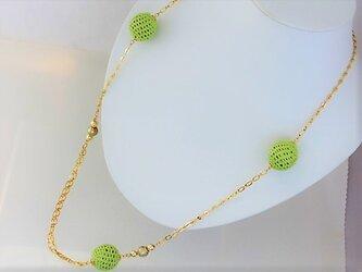 新緑のニットボールとコットンパールのロングネックレス2・金♪の画像