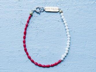 フランス製の綺麗な赤とほんのりピンクのスフレガラスのブレスレット。(TJ10943)の画像