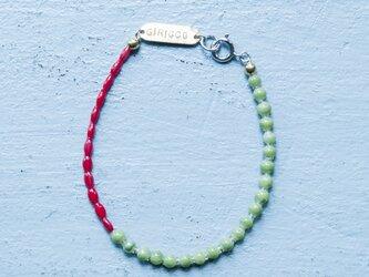 フランス製の綺麗な赤と植物系グリーンのスフレガラスのブレスレット。(TJ10944)の画像