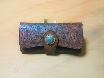 高級ヌメ革使用の三折り財布 ナイフカッティング唐草模様 茶色の画像