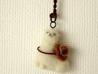 おすわりアルパカのバッグチャーム(麦わら)の画像