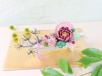 水引*芍薬と松のアレンジ(すおういろ)の画像