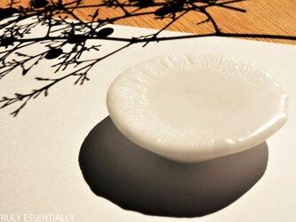 純白ガラスのアクセサリートレイ -「 KAZEの肌 」● 7cmの画像