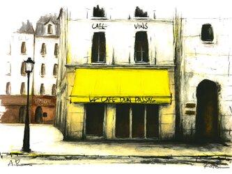 街角の黄色いひさしのあるカフェの画像