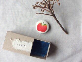 型染 ブローチ 「apple」 箱の中のabcの画像