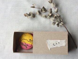 染色と刺しゅう ブローチ 「cat」 箱の中のabcの画像