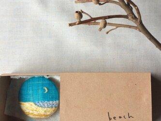 染色と刺しゅう ブローチ 「beach」 箱の中のabcの画像
