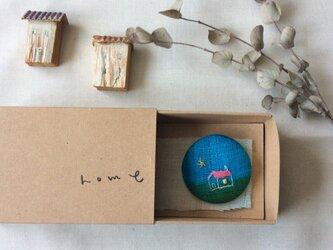 染色と刺しゅう ブローチ 「home」 箱の中のabcの画像