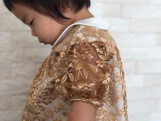 ゴージャスな薔薇柄レースのゴールドドレスの画像