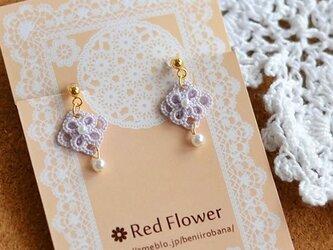 小花とパールの 樹脂イヤリング ノンホールピアス 樹脂ピアス レース編み タティングレースの画像