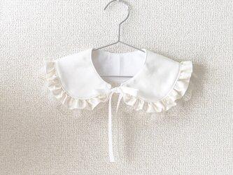ふんわりフリルとチュールレースの純白つけ衿スタイの画像
