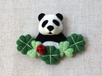 幸せクローバーとパンダのブローチの画像