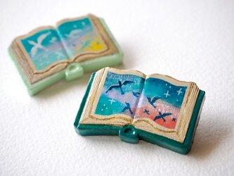 絵本みたいな陶土のブローチ《夜へ飛ぶ渡り鳥》の画像