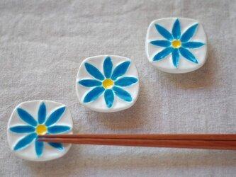 蒼色の小花の箸置きの画像