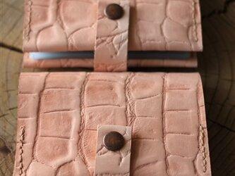 生成りヌメの型押しカードケースの画像