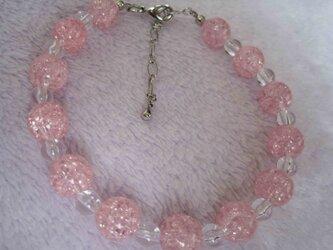ピンクビーズのブレスレットの画像