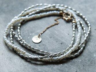 フランスヴィンテージの小粒でスマートなシルバースフレガラスと淡水パールのネックレス(TJ10947)の画像