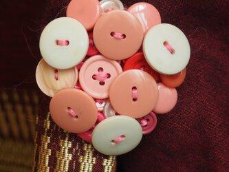 ボタンブローチ5.6.ピンク丸の画像