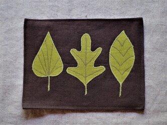 カフェマットこげ茶 若草色の葉っぱ の画像