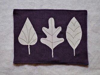 カフェマット葡萄酒色 ベージュ色の葉っぱ の画像