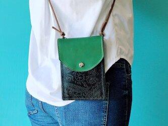鮮やかグリーン スマホ ポシェット プラス 縦長 ビリジアン グリーン & ペイズリー ブラックの画像