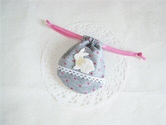 かわいいうさぎのミニ巾着袋(グレー地ピンクのハート柄)の画像