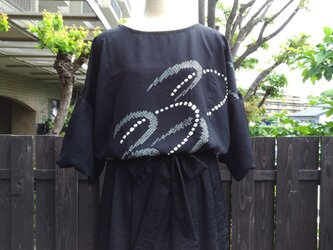 着物リメイク黒地に絞り柄バルーン袖ブラウスの画像