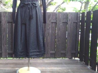 着物リメイク黒羽織からリボン付きタックスカートの画像