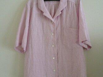 ピンクのテーラードカラーシャツの画像