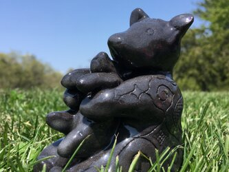 キムンカムイ 親子熊  【お座り抱っこ】アイヌ模様 陶器 置物 黒 kimunkamuy #1の画像