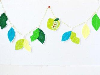 ミシンステッチがキュートな葉っぱと青リンゴのガーランドの画像