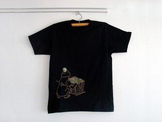 シロツメ草を摘む女の子Tシャツ(MENS/ブラック)の画像