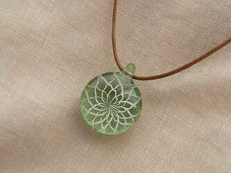 バラ窓のペンダント・グリーン・白ダイヤ2・ガラス製・幾何学模様・透かし模様の画像