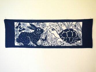 藍型染手拭【兎と亀】の画像