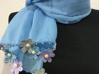 刺繍のデイジー オーガニックコットンストール(綿100%)ライトブルーの画像