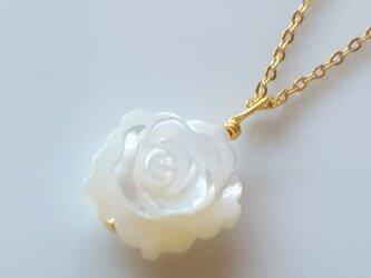 マザーオブパールネックレス 薔薇の画像