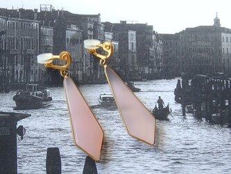 ピンクカルセドニー大振り枠付きマーキスカットイヤリングの画像