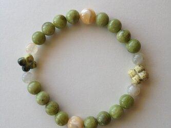 グリーンの天然石のブレスレットの画像