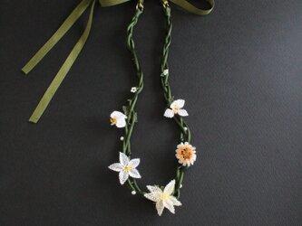 オヤ⁂ホワイトのお花のネックレス リボン留めの画像