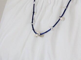 爽やかダークブルーxホワイトのネックレス アジャズスト可の画像