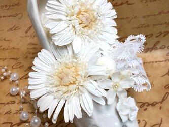 【白いガーベラとお花たちのホワイトシューズアレンジ/プリザーブドフラワー/フラワーケースにリボンラッピング付き】の画像