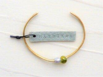 ケシパールとガラスと真鍮のブレスレット(yamabukiiro)の画像