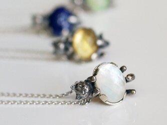 いろどり猫ペンダント 白蝶貝と水晶の画像