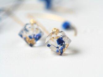 アイスブルーのかすみ草と金箔のダイヤモンド型アメリカンピアス(イヤリング、ノンホールピアス可)の画像