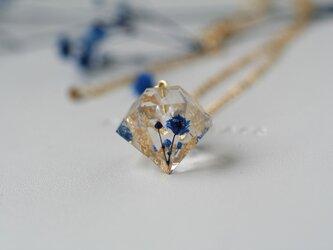 アイスブルーのかすみ草と金箔のダイヤモンド型ネックレス の画像