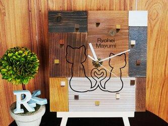 アンティークな木の時計・寄り添う猫・寄せ木verの画像